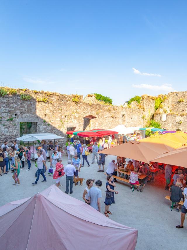 Marché de Regnéville sur mer dans la cour du château