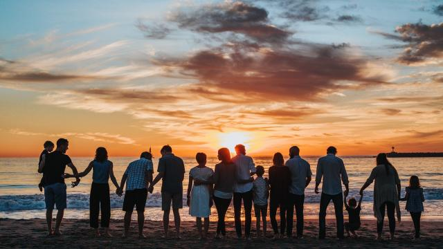 En groupe face à la mer à Coutances mer et bocage