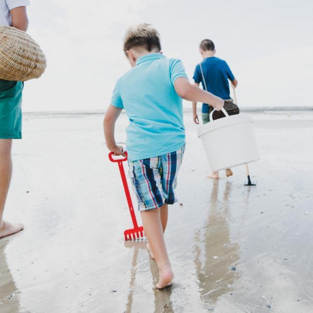 Partir à la pêche à pied en famille avec les enfants à Agon-Coutainville