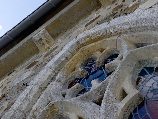 Modillons sur l'église de Savigny