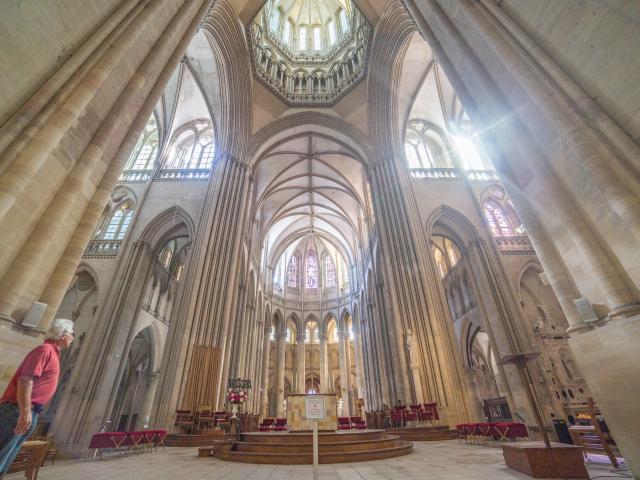 Vue de l'intérieur de la cathédrale de Coutances sur le choeur
