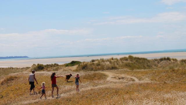 Famille en randonnée en bord de mer