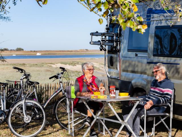 Camping caristes face au havre de Regneville-sur-Mer