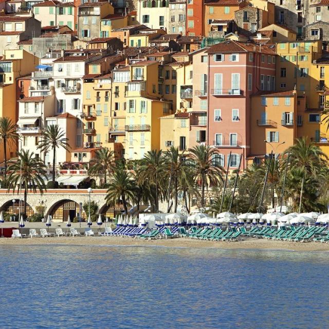 France, Alpes Maritimes (06), Menton, la plage, la vieille ville en arriere plan
