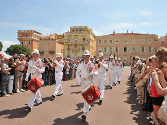 Changing Of The Guard Place Du Palais Dtc Monaco 557x400 1