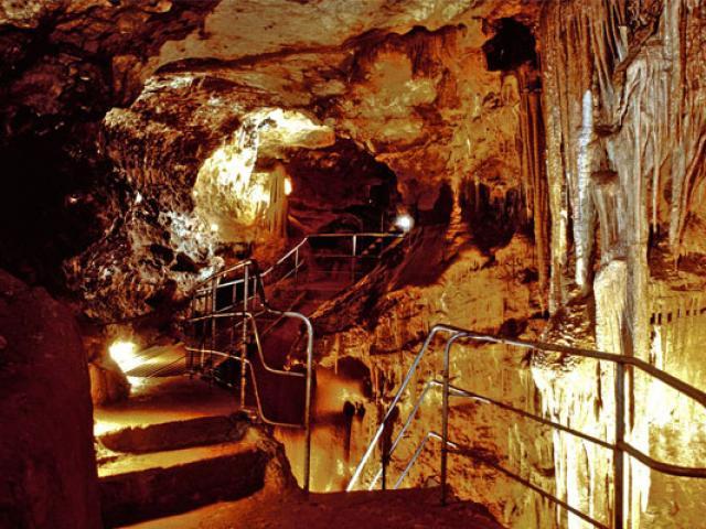 copy-grottes-de-st-cezaire-557x400-1.jpg