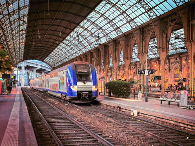 train-istock-1020455916-557x400-1.jpg