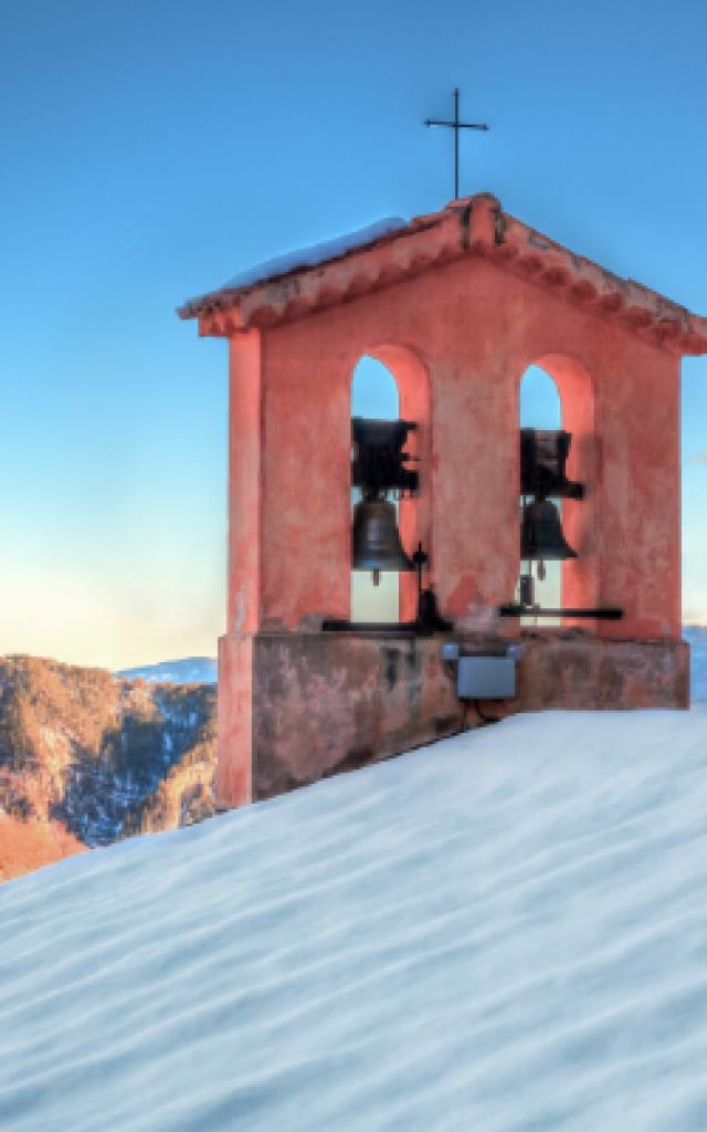 article-crt-fin-dannee-2-clocher-neige-272x400-clement-lelievre-ccalpesdazur.png