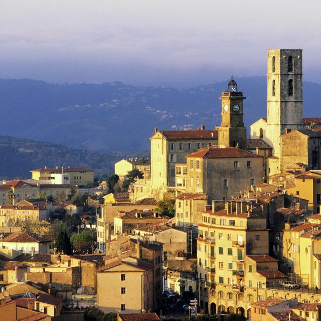 Vue generale du village, la tour d'Horloge et la cathedrale Notre Dame du Puy, Grasse Alpes Maritimes (06), France