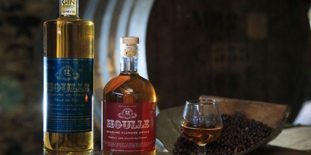 Houlle, bouteilles de Genièvre de Houlle, eau de vie entourée de baies accompagnées d'un verre à dégustation ©CRTC Hauts-de-France - Anne-Sophie FLAMENT