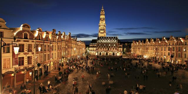 Arras _ Place des Héros _ Beffroi de l'Hôtel de Ville _ éclairage nocturne © CRTC Hauts-de-France – AS Flament
