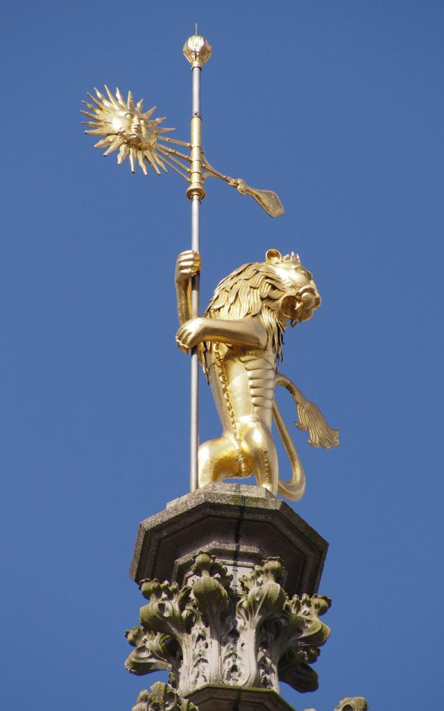 Arras _ Hôtel de Ville _ Girouette de l'Hôtel de Ville orné d'un lion rugissant en bronze recouvert d'or, symbolisant la puissance et la force © CRTC Hauts-de-France – Frederik Astier