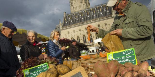 Arras _ Place des Héros _ Marché _ Denis Delannoy producteur bio © CRTC Hauts-de-France - AS Flament