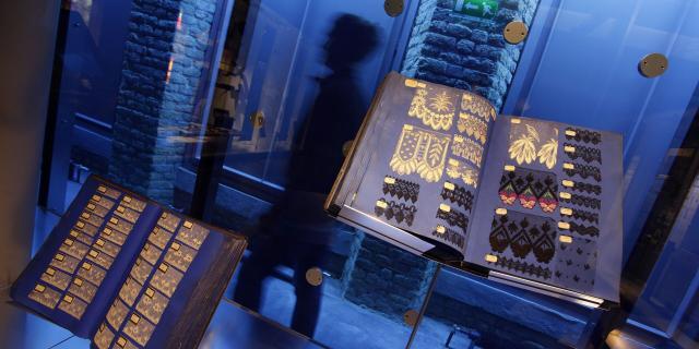 Calais_Cité De La Dentelle Et De La Mode Livres Présentant Des échantillons De Dentelle ©Crt Hauts De France - As Flament