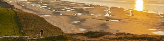 Escalles _ Cap Blanc-Nez _ Promenade en longeant le Cran d'Escalles vers la Baie de Wissant au coucher du soleil © CRTC Hauts-de-France - Stéphane Bouilland