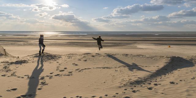Fort-Mahon, enfants qui sautent dans les dunes du Marquenterre © CRTC Hauts-de-France - Stéphane Bouilland