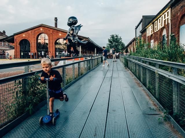 Lille _ gare Saint Sauveur _ enfant en trottinette © Lille 3000 - Jonas Verbeke