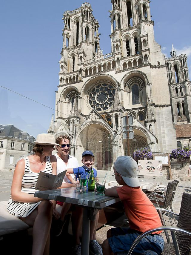 Laon Cathédrale Parvis Famille Crt Hauts De France Sébastien Jarry