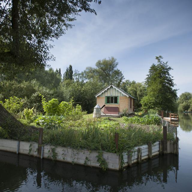 Amiens _ Les Hortillonnages _ Cabane vue de l'eau © CRTC Hauts-de-France - Benjamin Teissedre