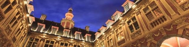 Lille _ Centre-ville _ Cour intérieure de la Vieille Bourse à la tombée de la nuit © CRTC Hauts-de-France – Frederik Astier