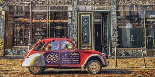Lille_2CV garée devant chez Meert © CRTC Hauts-de-France - Charlotte Tabary