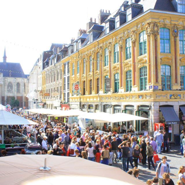Lille _ La grande braderie vue depuis les marches de la Voix du Nord sur la Grand Place © Office de Tourisme de Lille - Olivier Duhamel