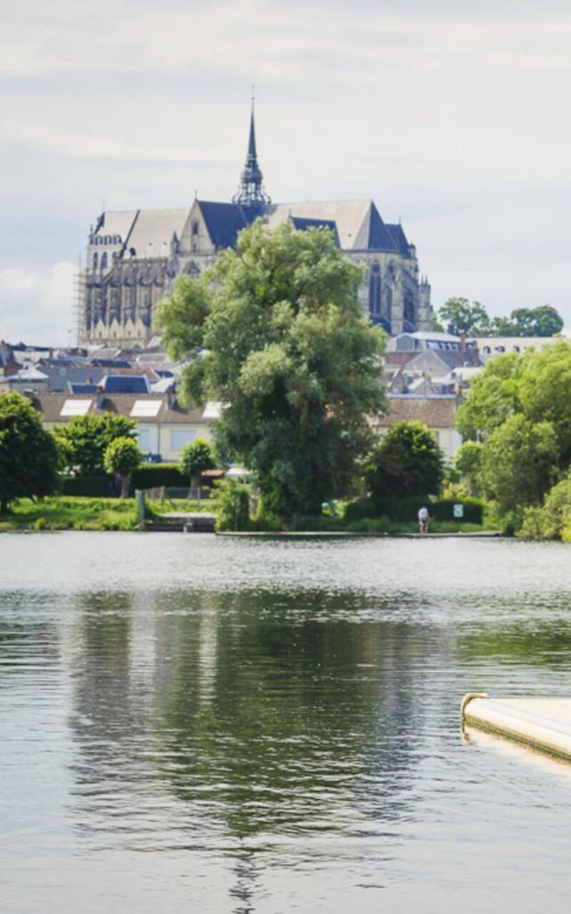 Saint-Quentin _ Vue cathédrale depuis le Marais d'Isle © CRTC Hauts-de-France - Vincent Colin