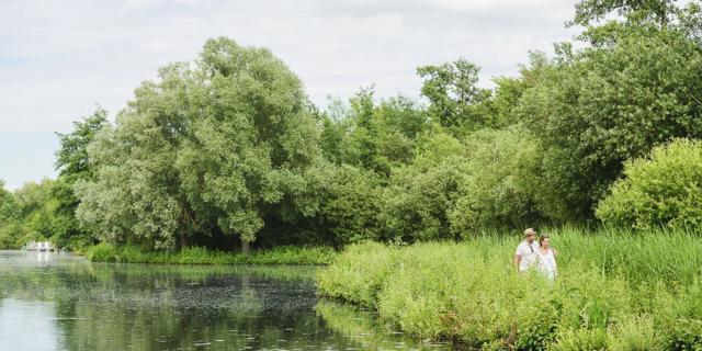 Saint-Quentin, promenade en couple dans la verdure du Marais d'Isle © CRTC Hauts-de-France - Vincent Colin