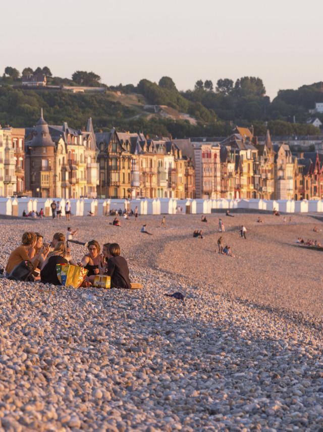 Mers Les Bains Amis Sur La Plage De Galets, Face à La Mer© Crtc Hauts De France Nicolas Bryant