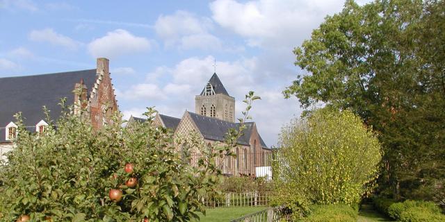 Esquelbecq_Eglise_Saint-Folquin_vue_du_jardin_du_château© Mairie_Esquelbecq