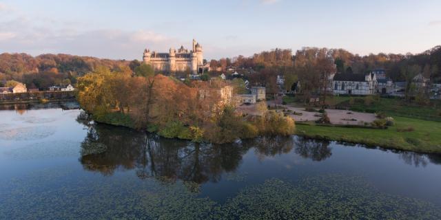 Pierrefonds_Vue aérienne sur l'étang et le château©CRTC Hauts-de-France_Nicolas Bryant