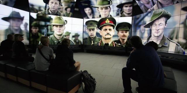 Villers-Bretonneux _ Mémorial National Australien et Centre Sir John Monash - Photos de soldats dans une salle de projection © CRTC Hauts-de-France - AS Flament