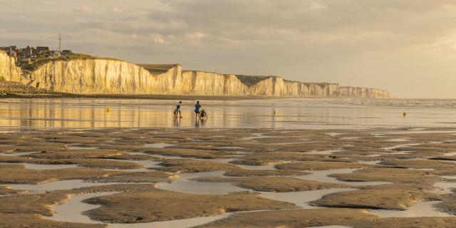 Ault, vacanciers sur la plage en fin de journée © CRTC Hauts-de-France - Stéphane Bouilland