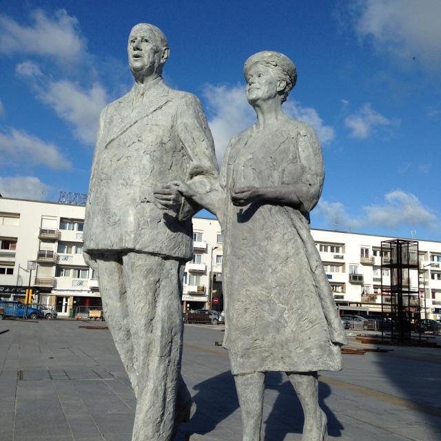 Calais _ Place d'Armes _ Sculpture du Couple de Gaulle © Fondation de Gaulle