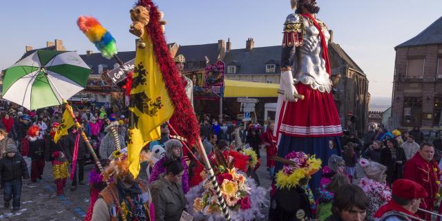 Cassel _ Mont Cassel _ Carnaval d'été _ Défilé des géants Reuze Papa et Reuze Maman dans les rues de Cassel © CRTC Hauts-de-France - Frederik Astier