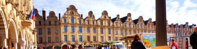 Arras_Marché sur la Place des Héros et Façaces Flamandes©CRTC Hauts-de-France - Charles DUBUS