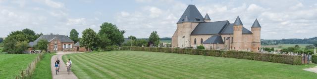 Flavigny-le-Grand_L'église_fortifiée_et_Voie_Verte © Teddy Henin_Agence Aisne Tourisme