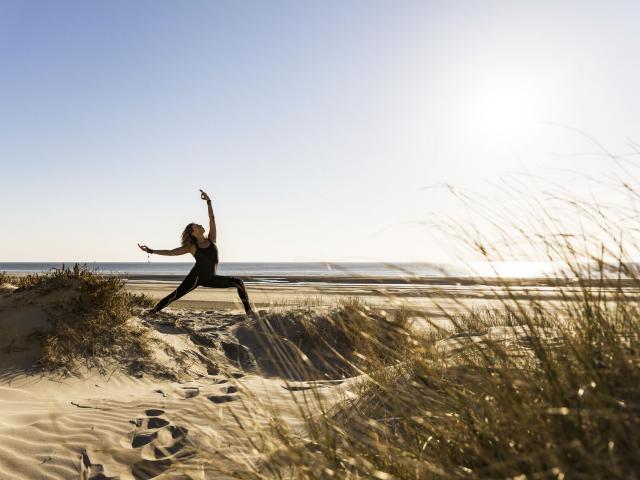 Fort Mahon_Yoga dans les dunes 1 ©CRTC Hauts-de-France _ Teddy Hénin