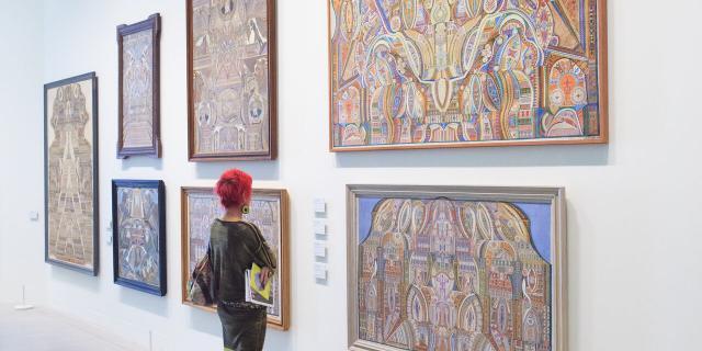 LaM. Lille art Museum. Musee d Art Moderne, d Art Contemporain et d Art Brut. Visiteurs dans l une des salles dediees a l Art Brut.