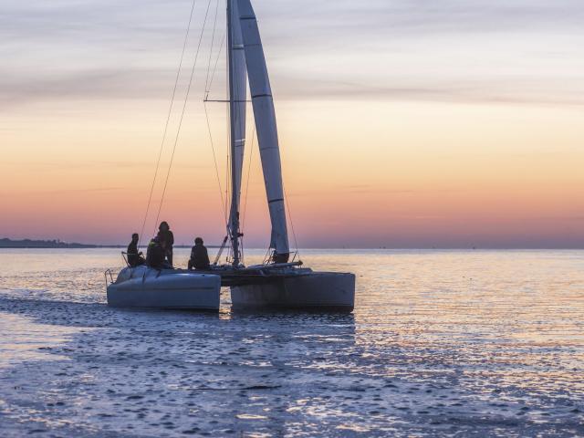 Baie-de-Somme_Catamaran_au_crépuscule©CRTC-Hauts-de-France-Nicolas_Bryant