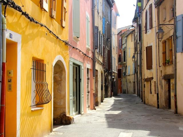 Malerische Gasse in Manosque, Provence