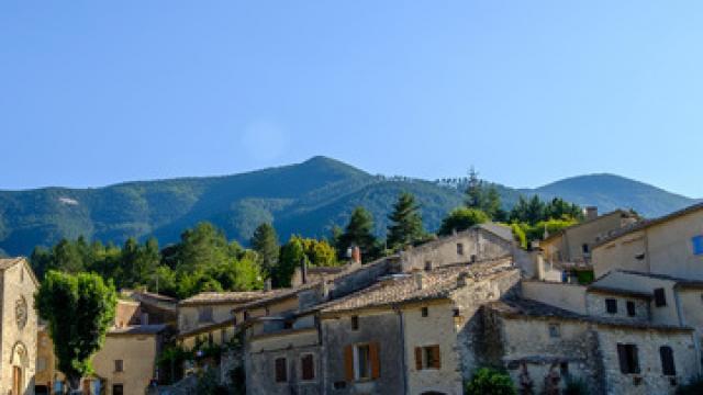 Vue sur le village de Savoillan, Provence, France. Le Mont Ventoux en arrière plan.