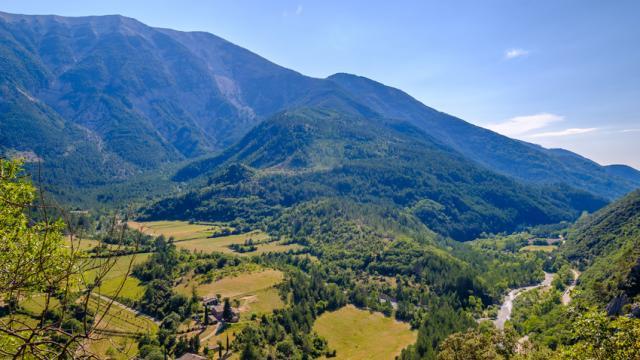 Vue panoramique sur le Mont Ventoux et la vallée de Toulourenc, depuis le village de Brantes. Provence, France.
