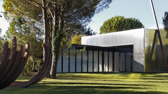 venet-foundation-2012-vue-de-la-nouvelle-galerie-avec-diagonale-de-74-3o-2006-acier-peint-15-mtres-de-haut-jerome-cavalire-marseille-1-8.jpg