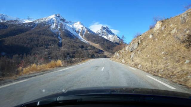 voiture-route-alpes-as207328332.jpeg