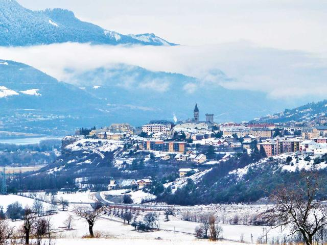 Ville d'Embrun en hiver dans les Hautes-Alpes
