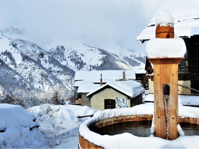 Vue sur la fontaine du village de Saint-Véran dans les Alpes