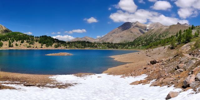 Lac d'Allos enneigé en hiver dans les Alpes