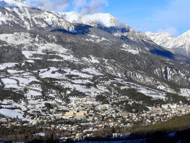 Vue sur Barcelonnette enneigé, dans la Vallée de l'Ubaye, dans les Alpes de Haute Provence