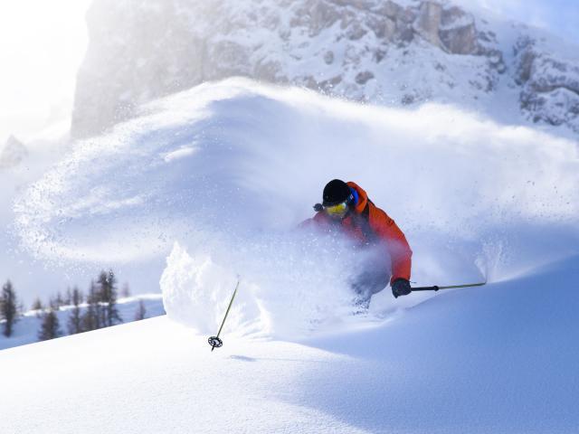 Descente en ski dans la station de Serre Chevalier dans les Alpes du Sud
